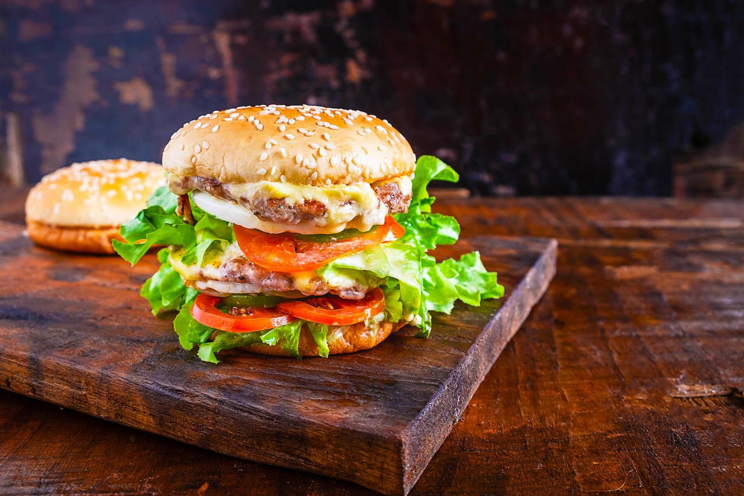 hambúrgueres na mesa foto