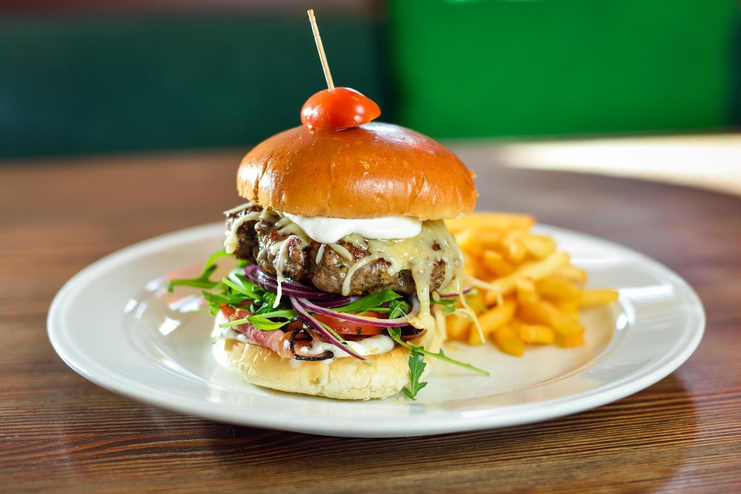 slider de hambúrguer em um prato foto