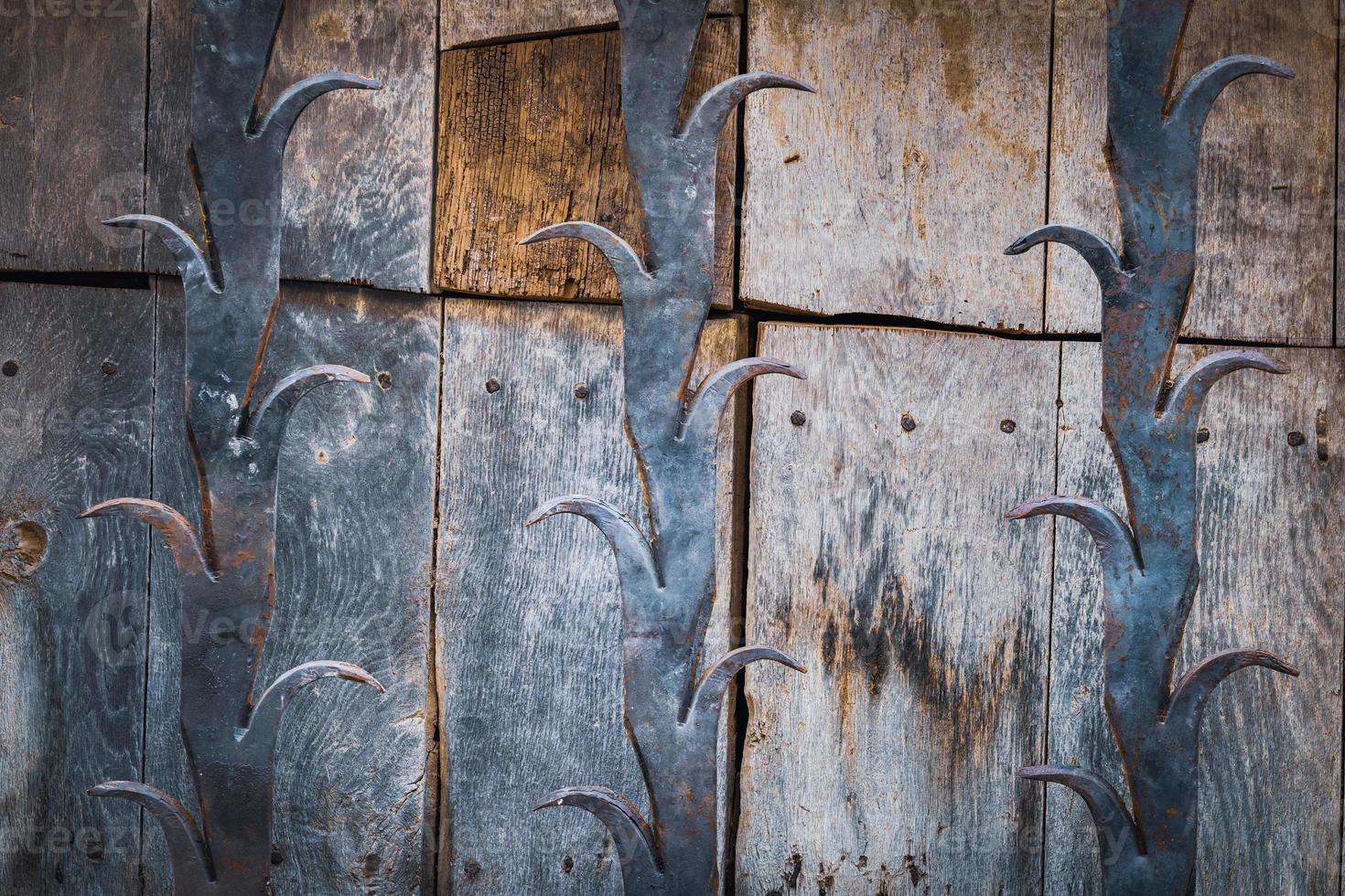 detalhe de uma porta de madeira antiga foto