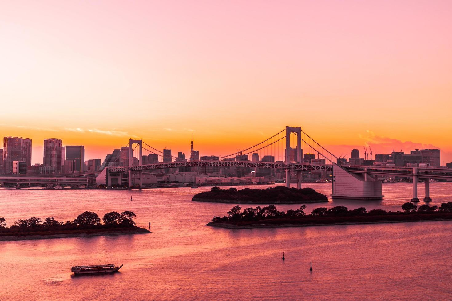 paisagem urbana da cidade de Tóquio com a ponte do arco-íris foto