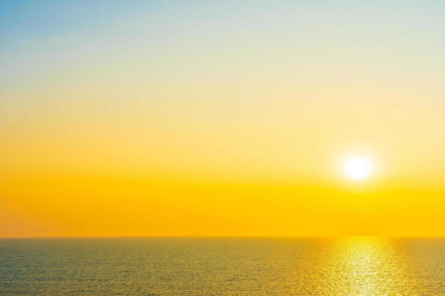 lindo pôr do sol ou nascer do sol no oceano foto