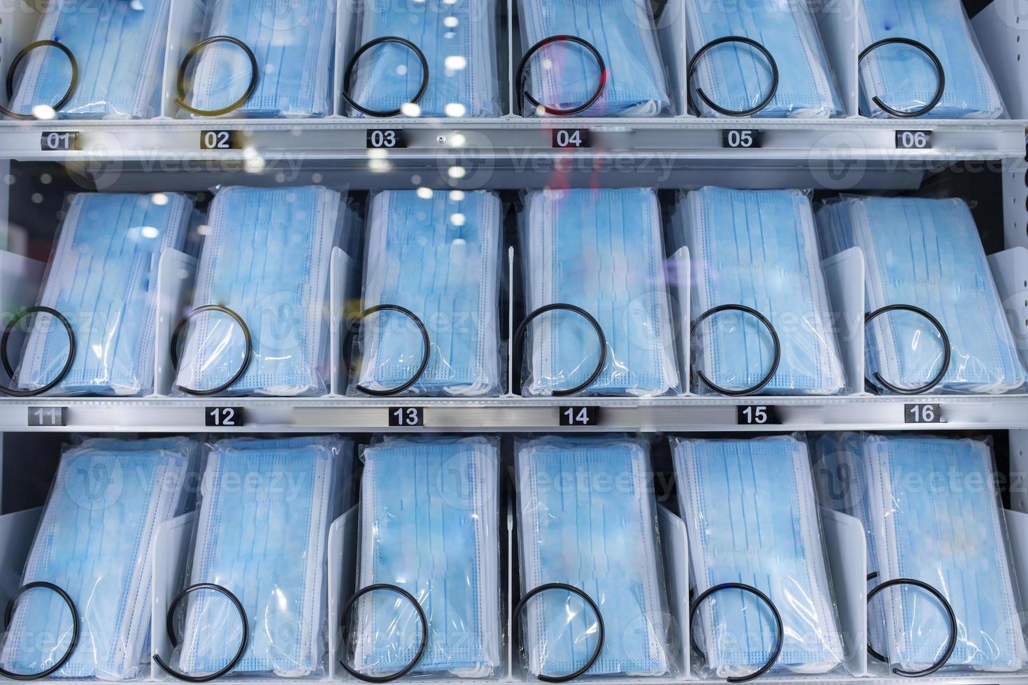 máscaras faciais em um dispensador que funciona com moedas foto