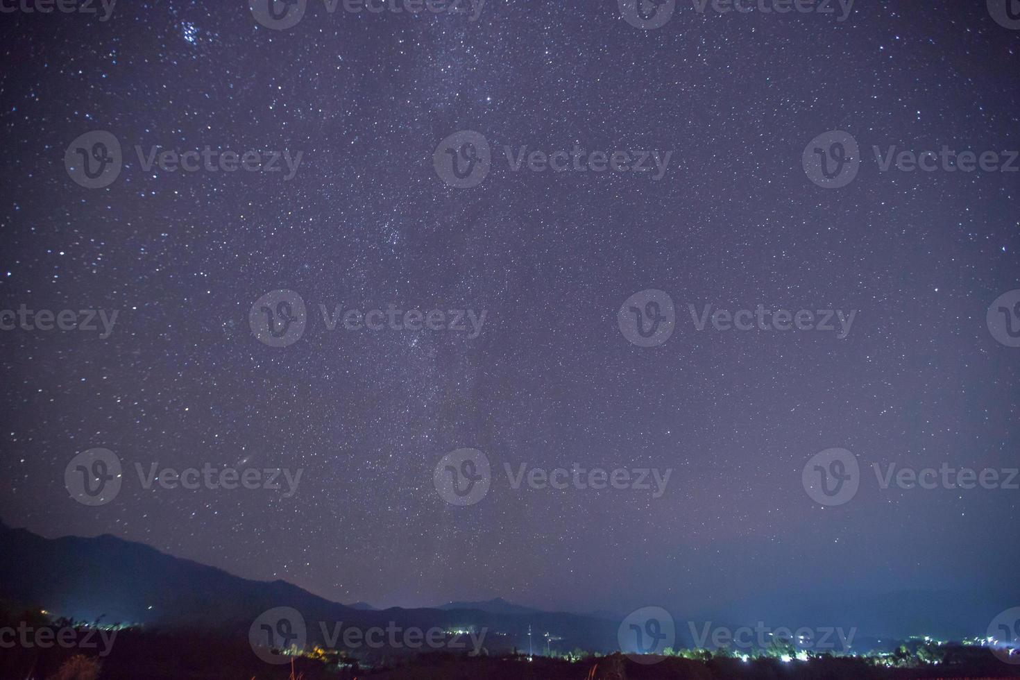 céu estrelado sobre uma cidade foto