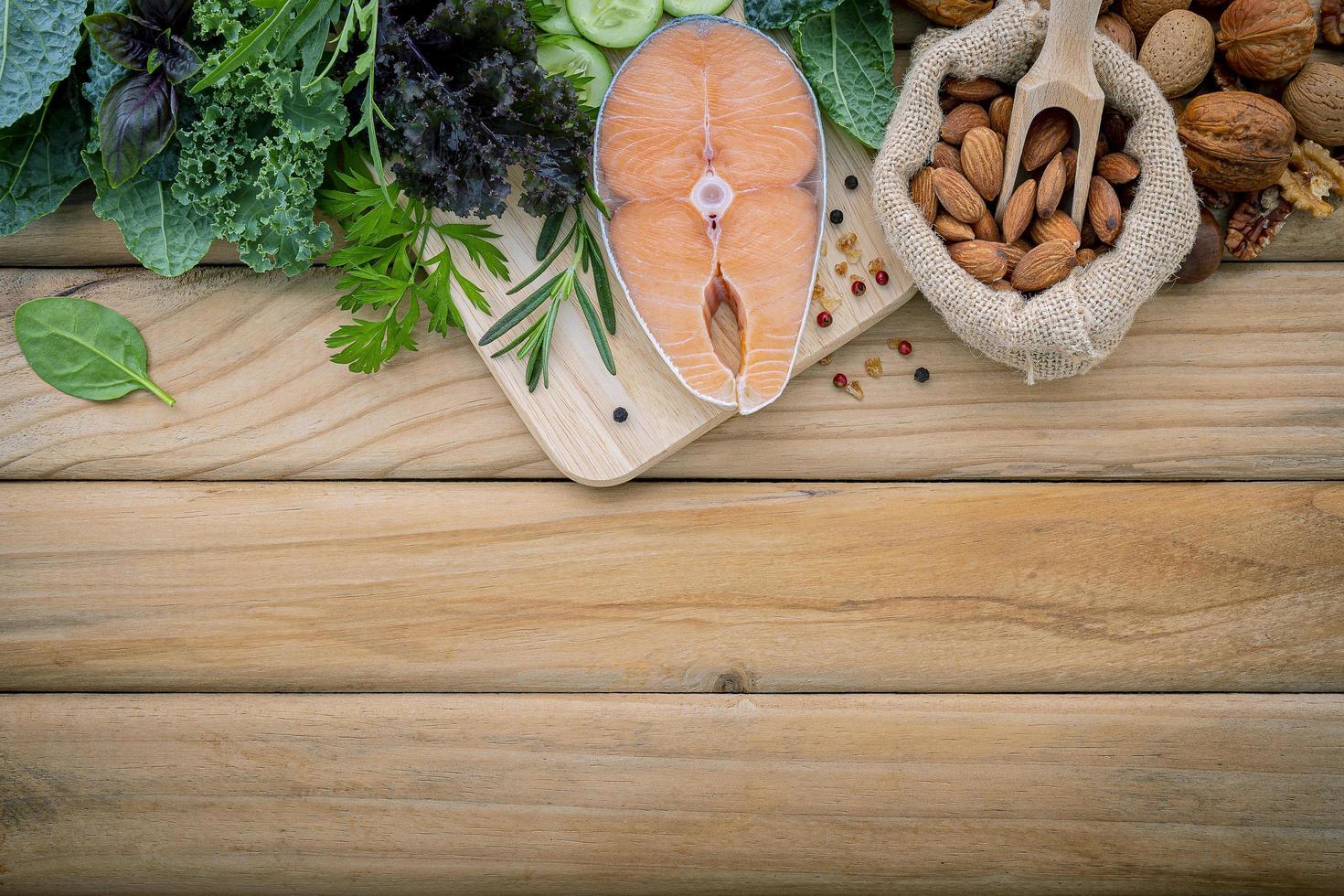 salmão e outros ingredientes na madeira foto