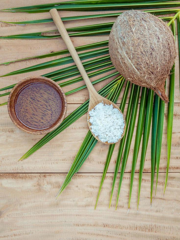 Esfoliação de coco em fundo de madeira foto