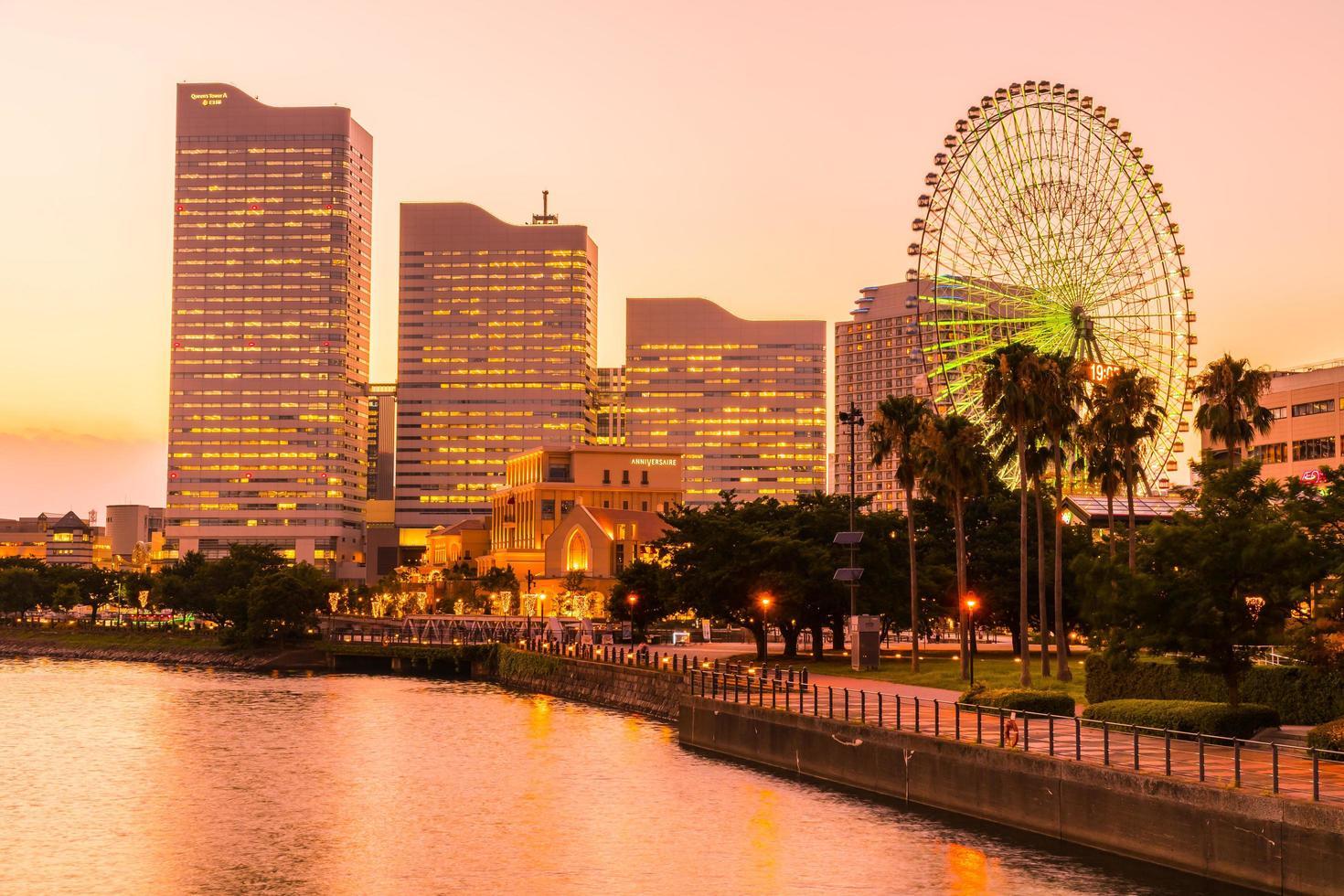 Horizonte da cidade de Yokohama ao entardecer foto
