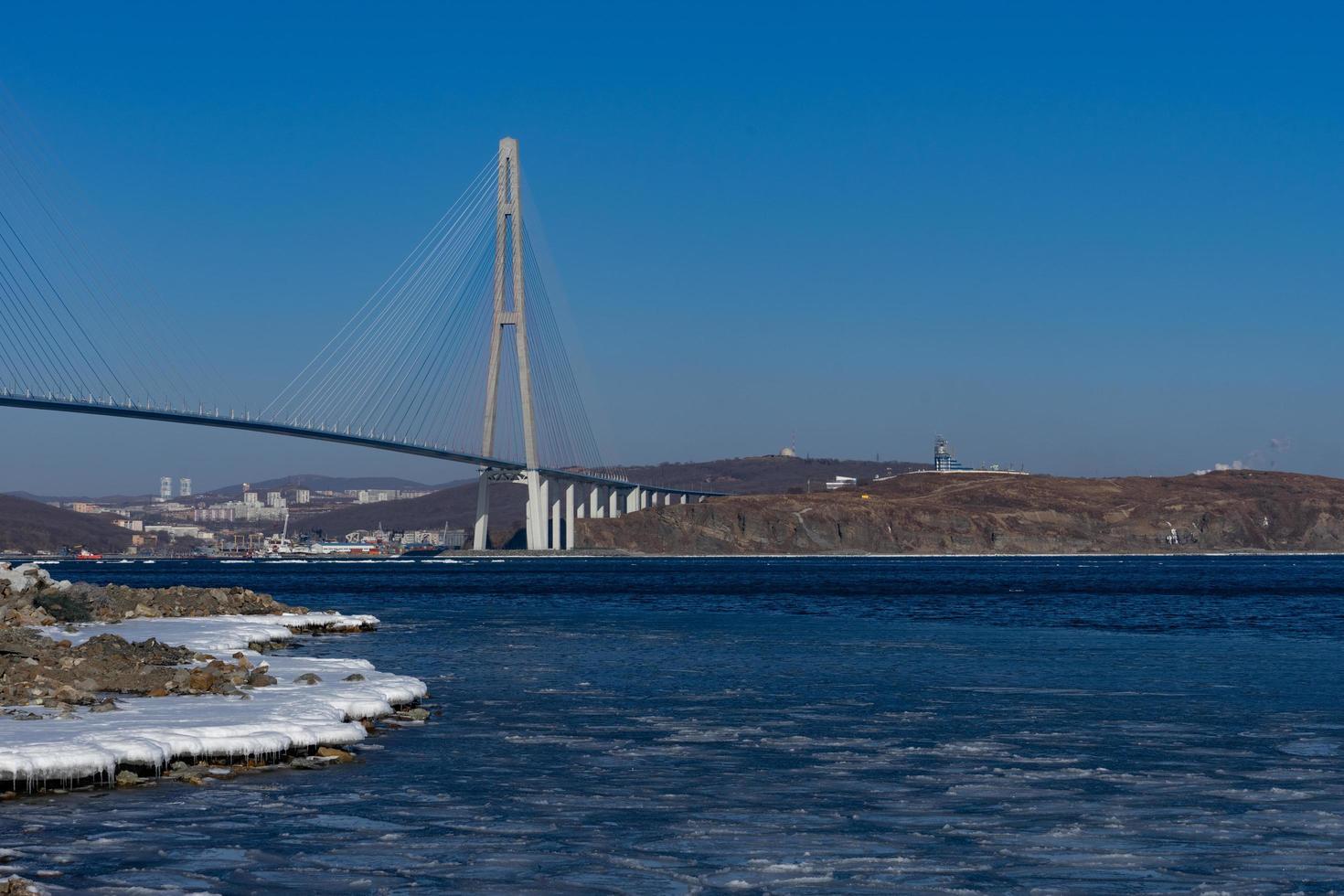 Ponte Zolotoy com céu azul nublado em Vladivostok, Rússia foto