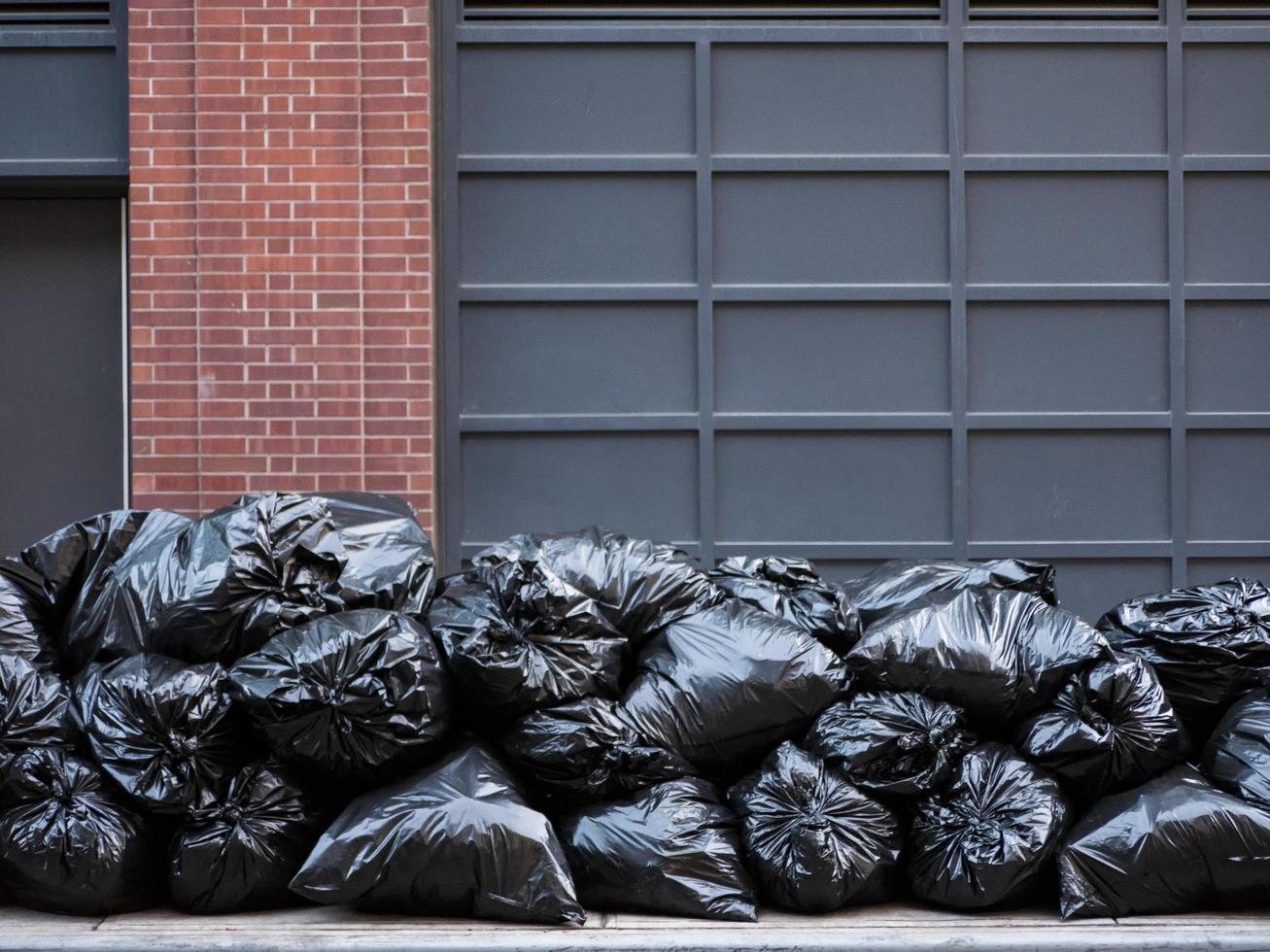 sacos de lixo pretos foto