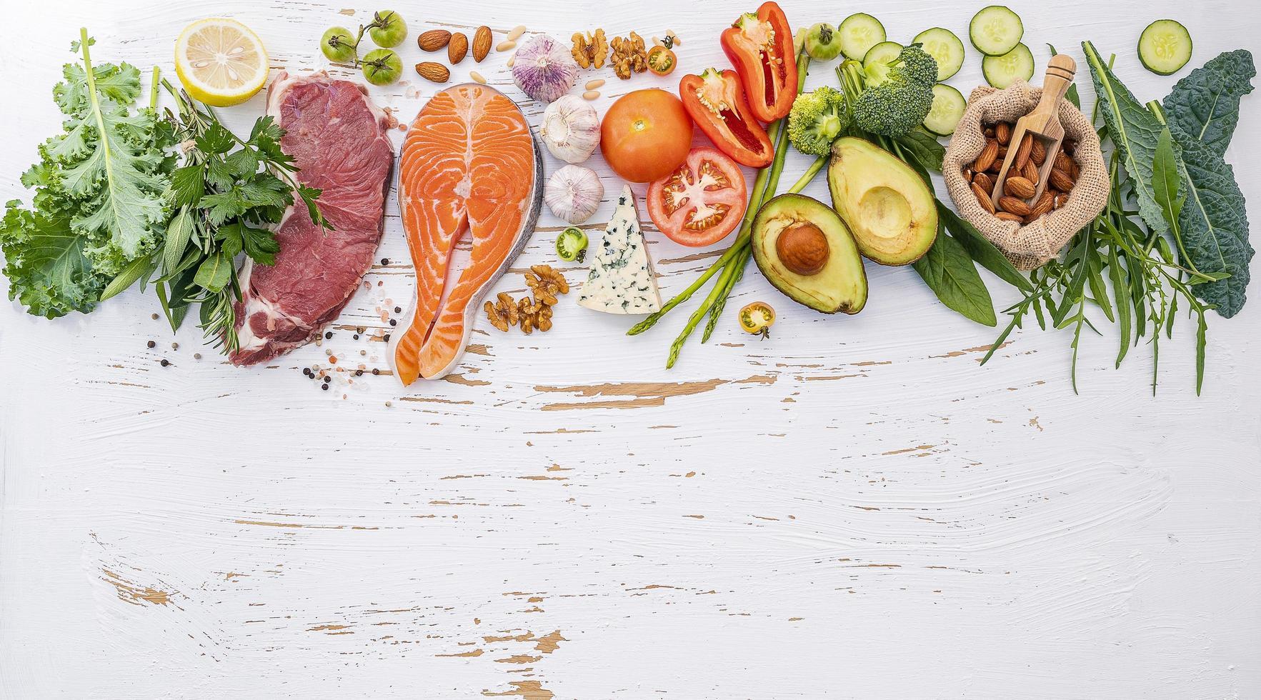 ingredientes de dieta saudável em um fundo branco surrado foto