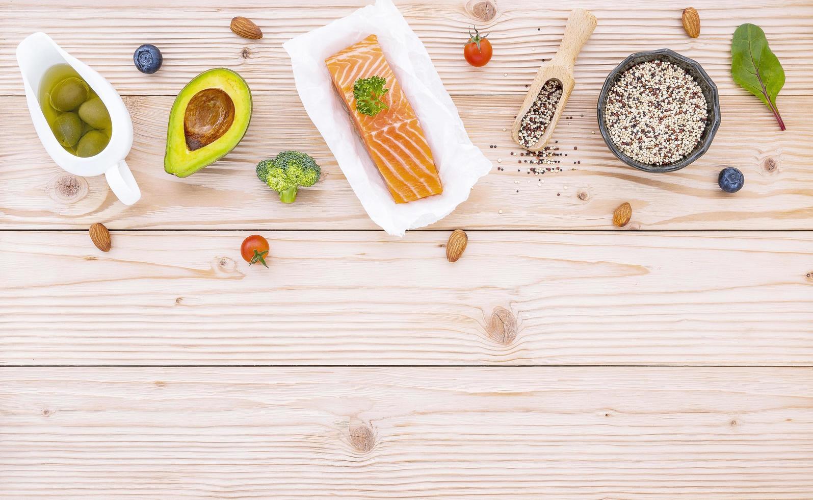 vista superior do salmão e ingredientes frescos foto