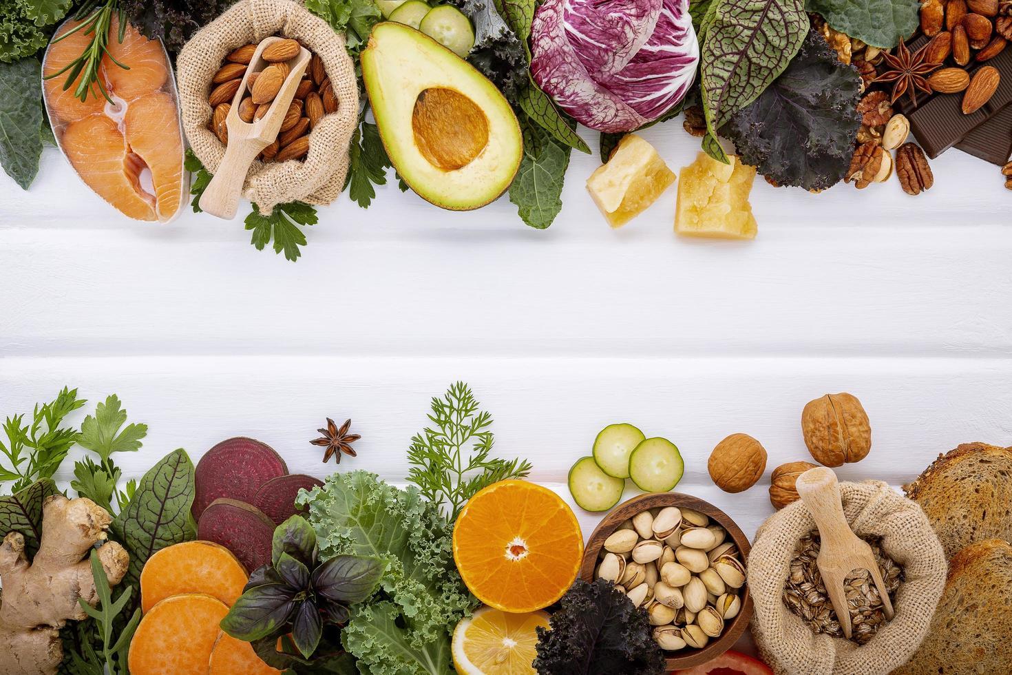 alimentos frescos em madeira branca foto
