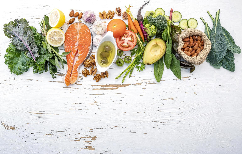 ingredientes frescos com salmão em um fundo branco surrado foto