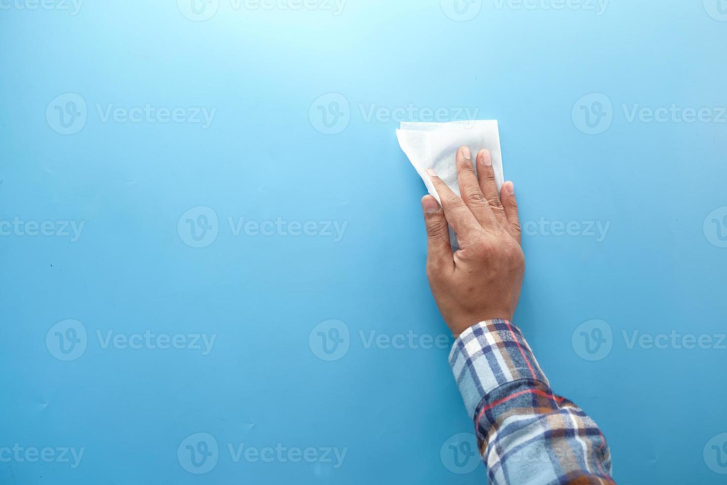 vista superior da pessoa limpando as mãos com pano foto