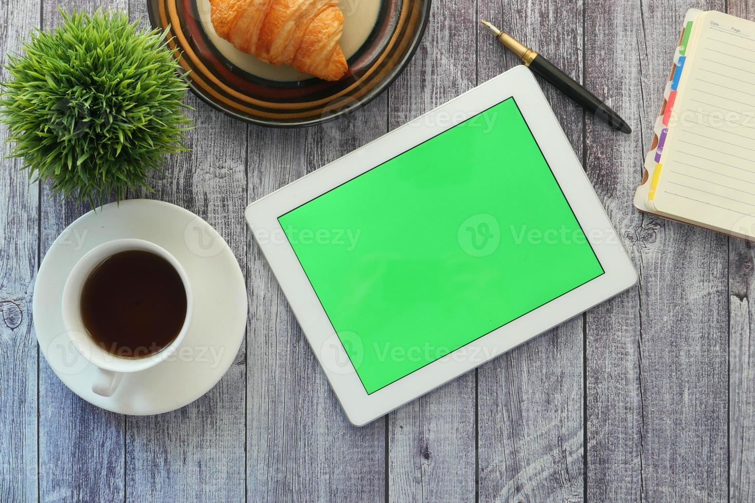 disposição plana de um tablet e café da manhã foto