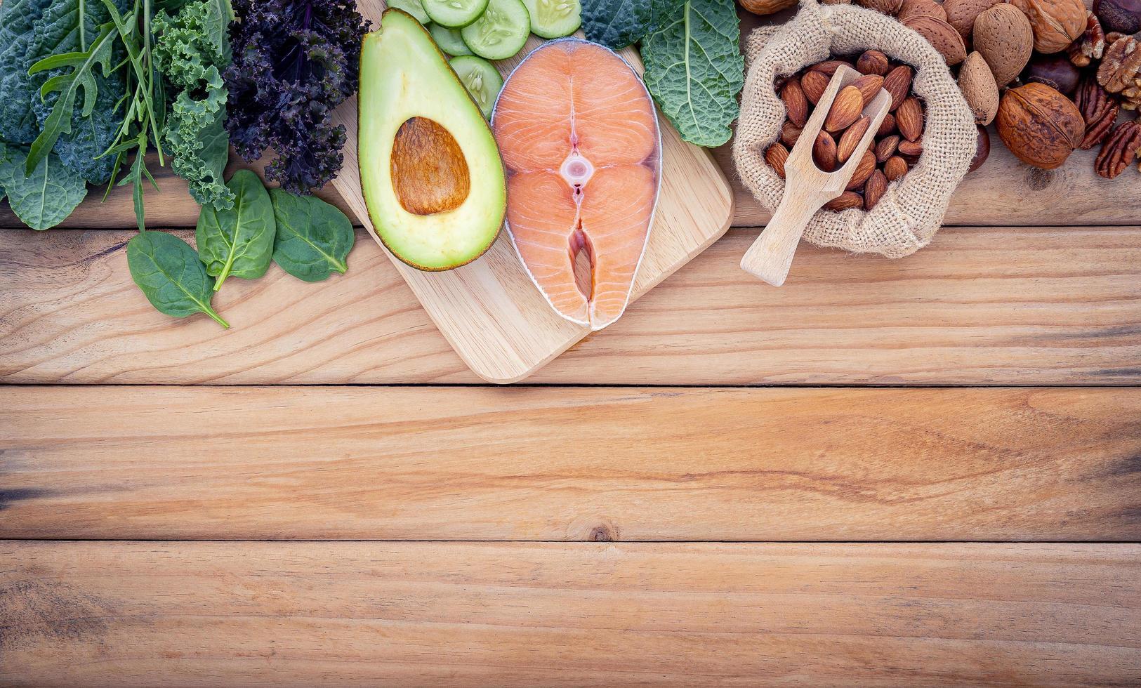 comida saudável em madeira com espaço de cópia foto