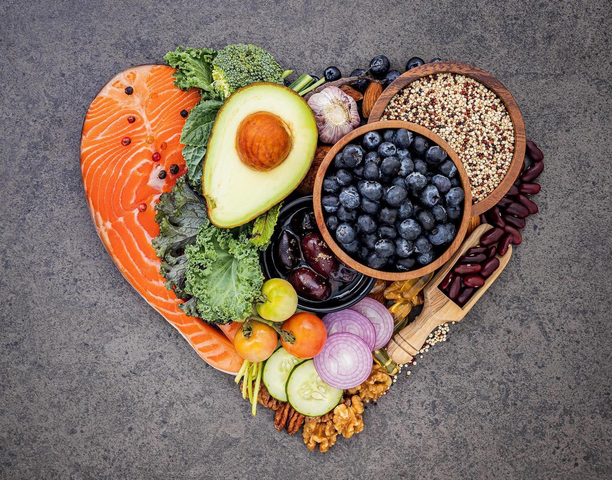 alimentos frescos em forma de coração foto