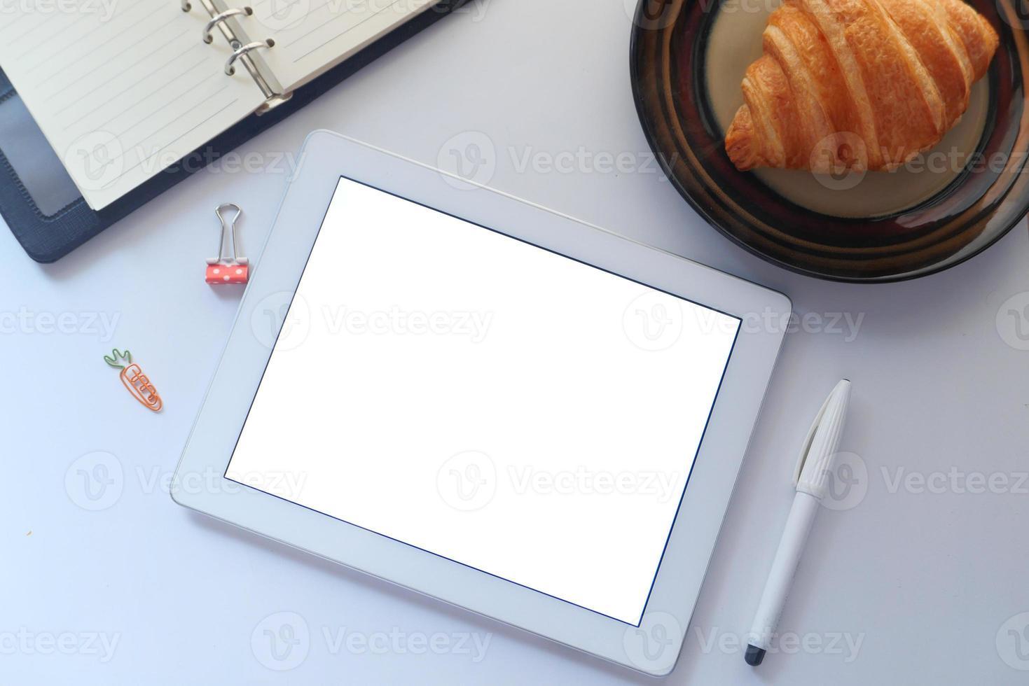 mock up tablet com café da manhã na mesa foto