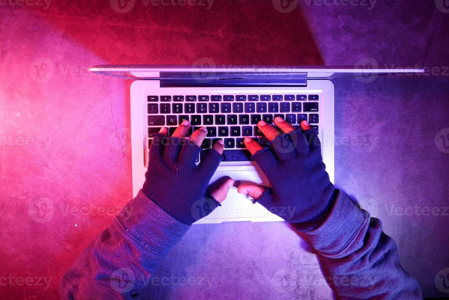 vista superior das mãos do hacker foto