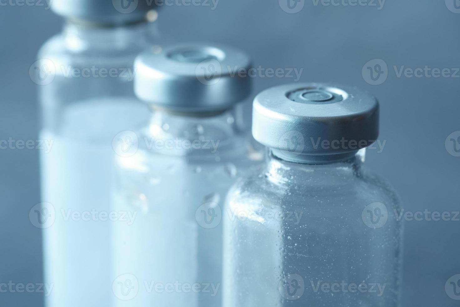pequenos frascos de vacina foto