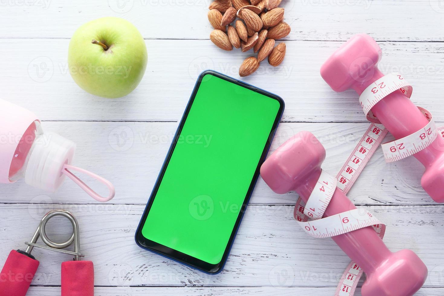 telefone inteligente com equipamentos esportivos foto