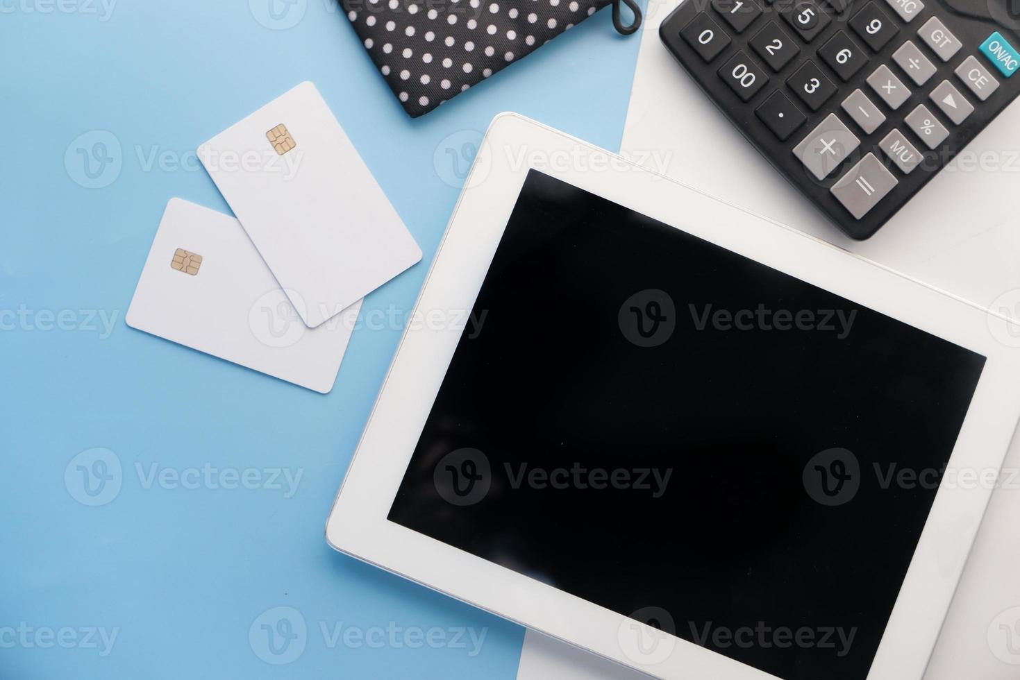 tablet digital com calculadora e cartões de crédito foto
