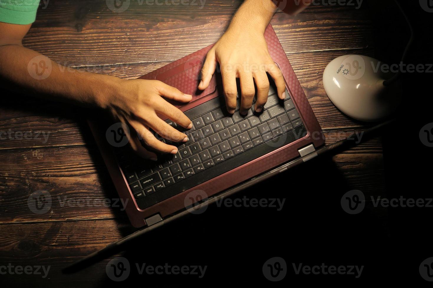 mãos de hacker usando laptop foto