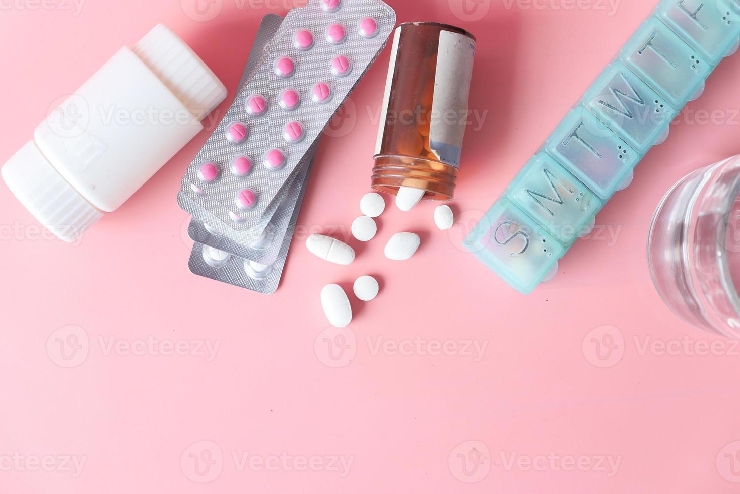 vista superior de comprimidos em fundo rosa foto