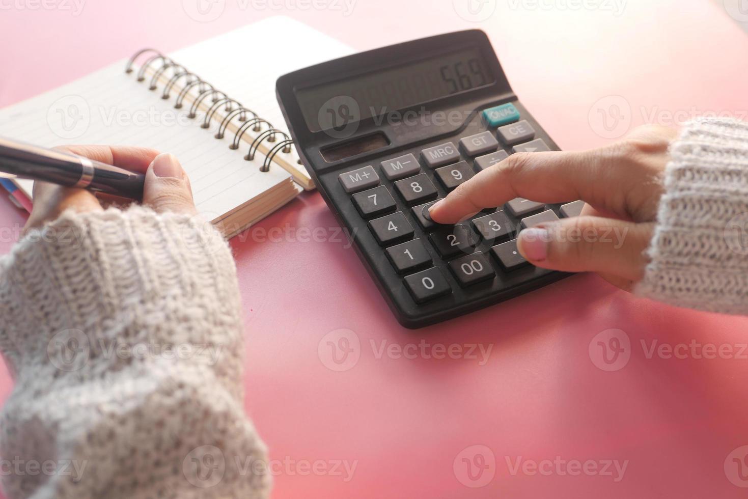 pessoa usando calculadora foto