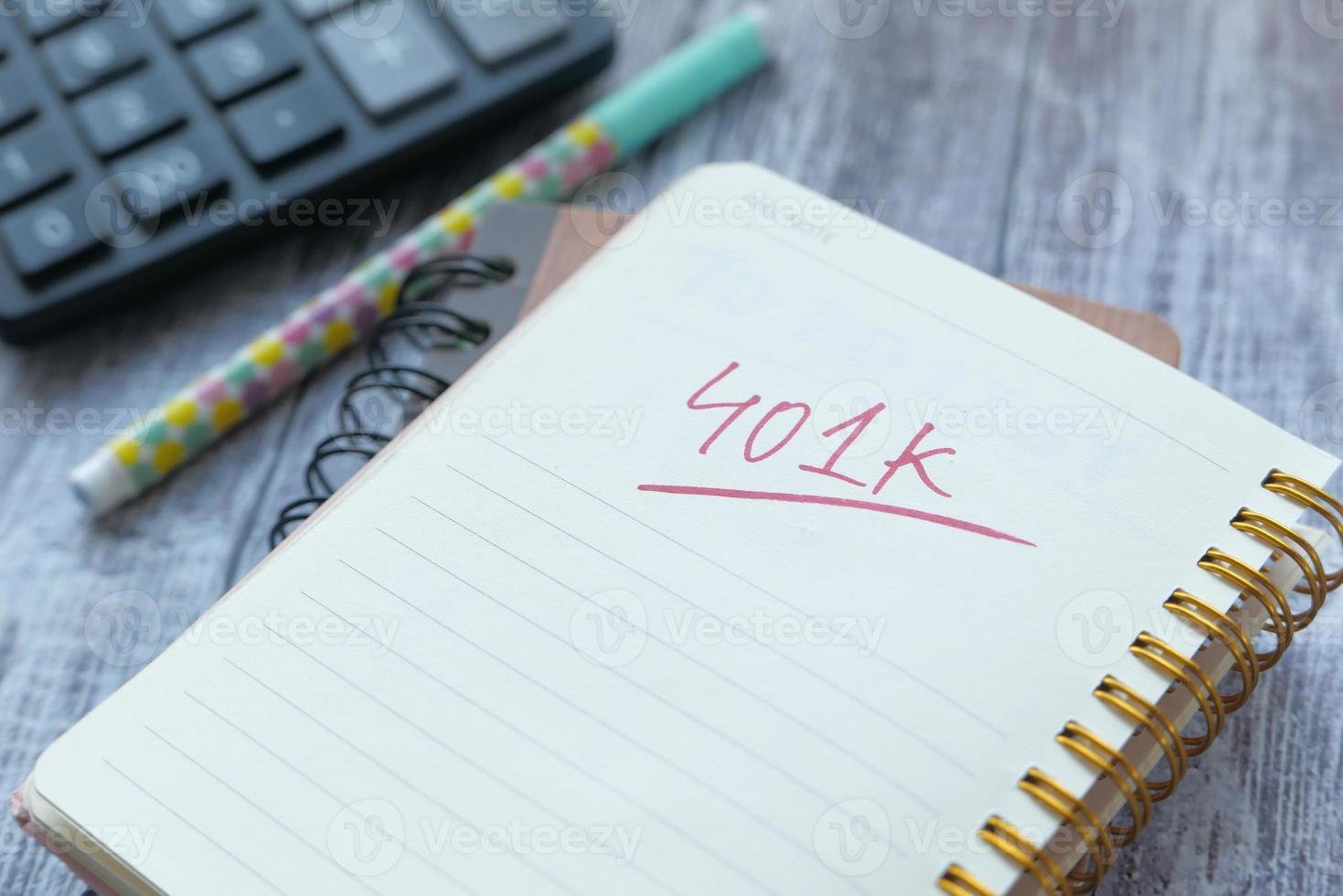 bloco de notas com palavra 401k foto