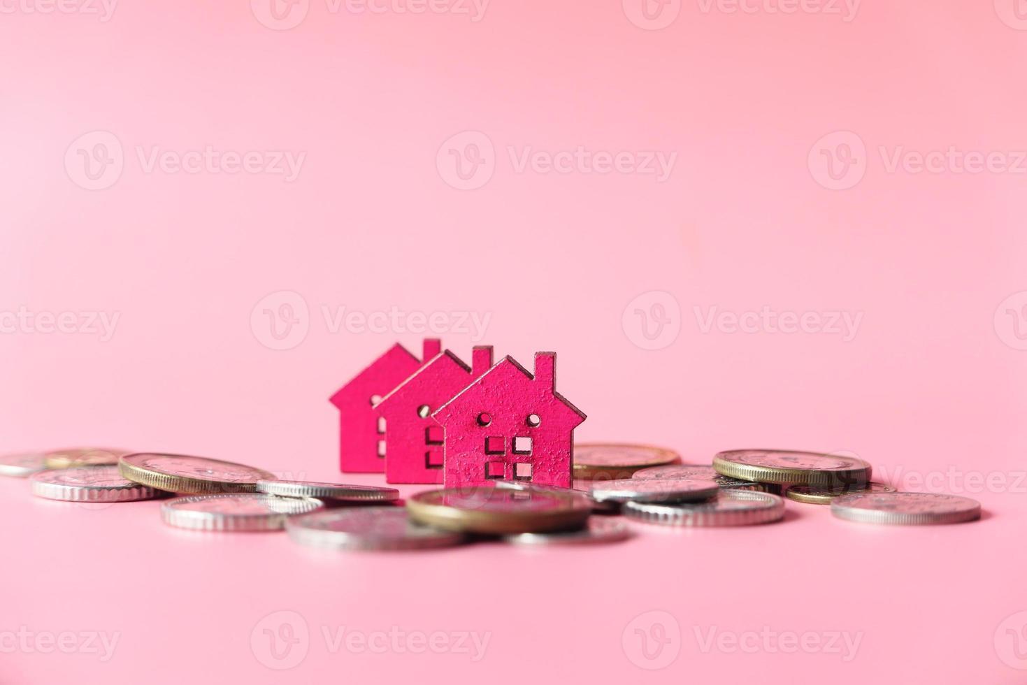 moedas e pequenas casas modelo foto