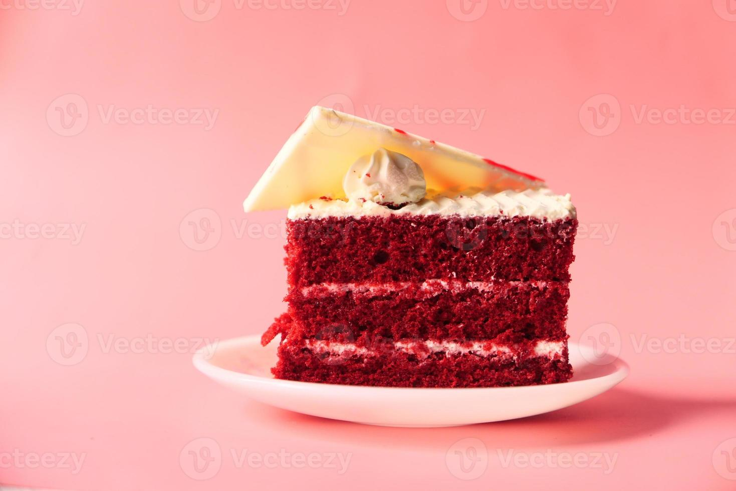 bolo de veludo vermelho no prato foto