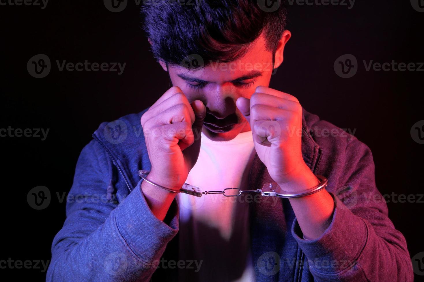 homem usando algemas de mão foto