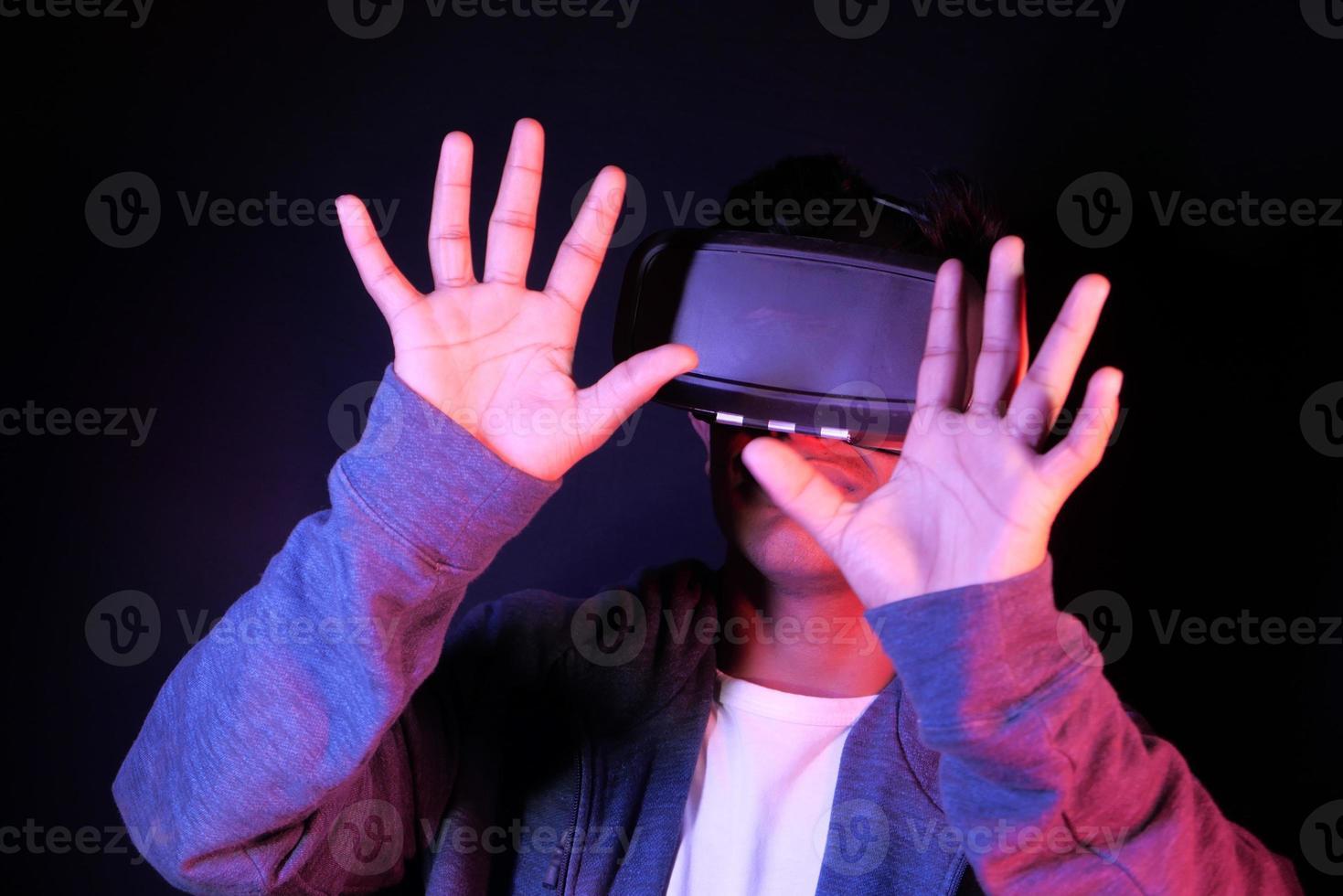 homem usando óculos de vr foto