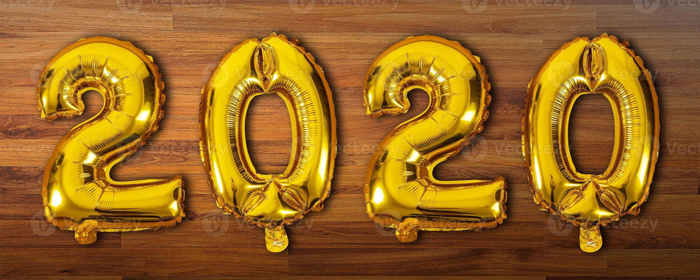 2020 balões numéricos em fundo de madeira foto