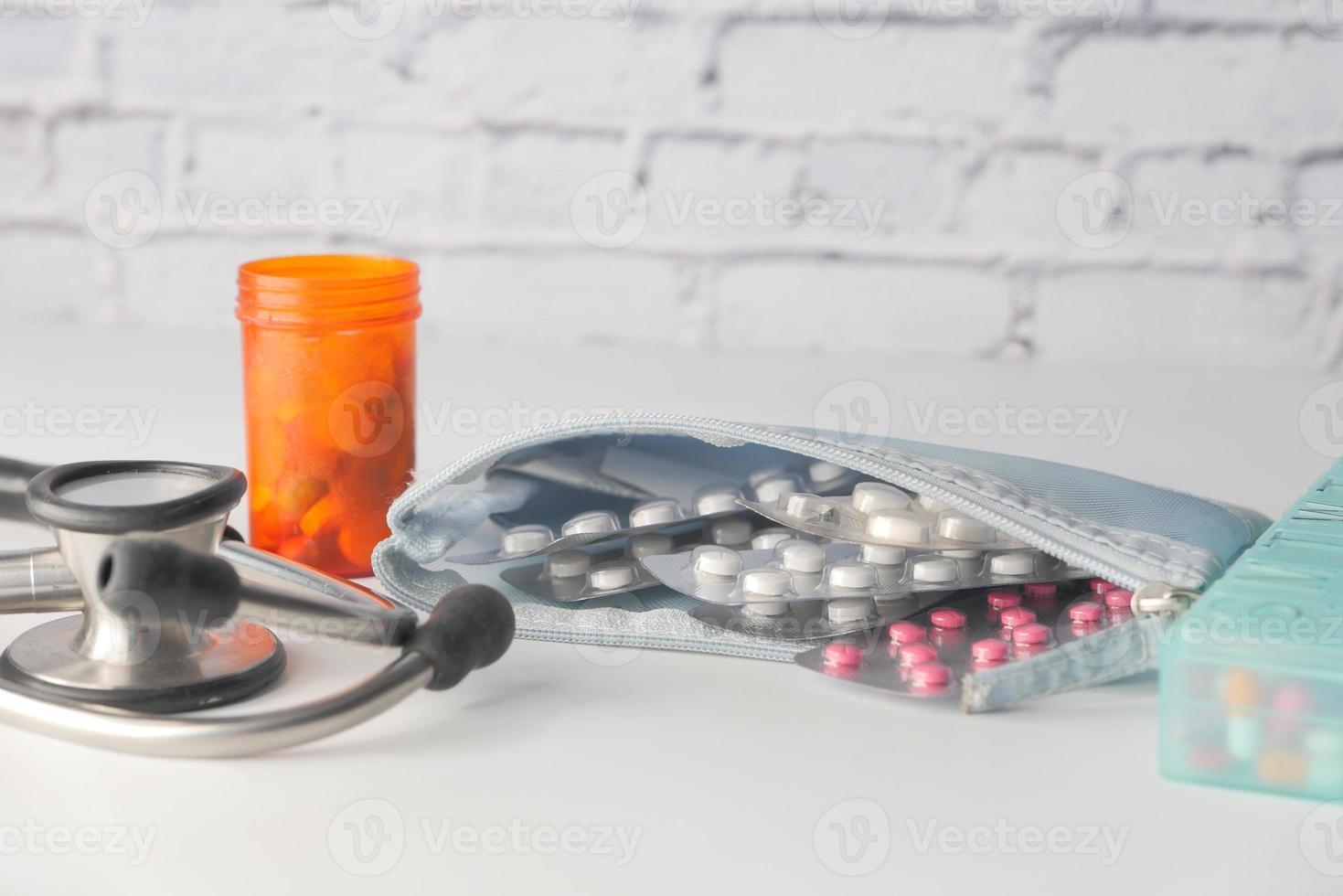 comprimidos e equipamento médico em fundo branco foto