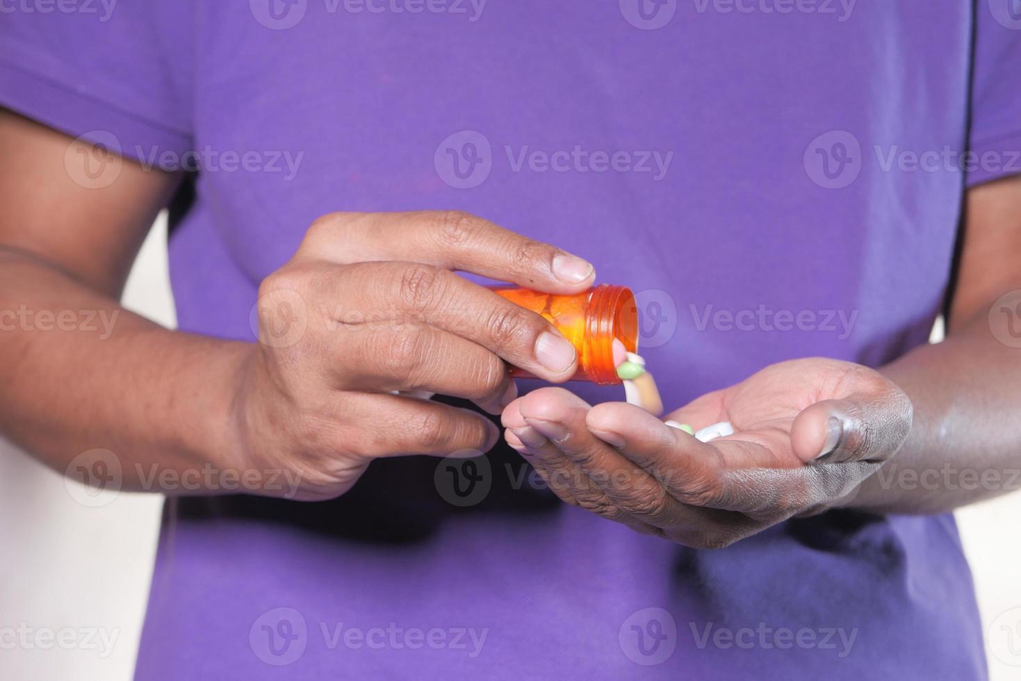 homem tomando comprimidos foto