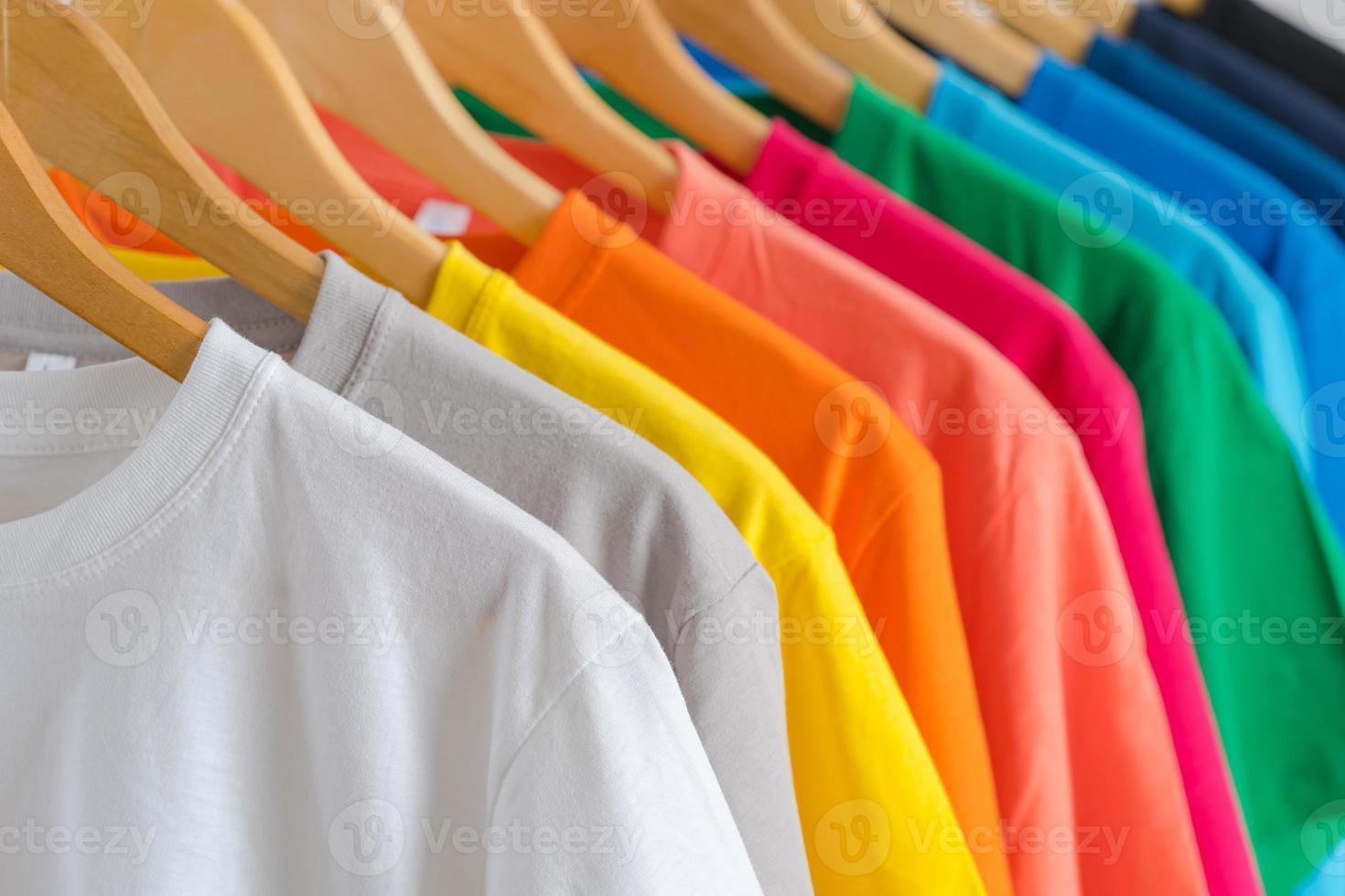 close up de camisetas em cabides, fundo de vestuário foto