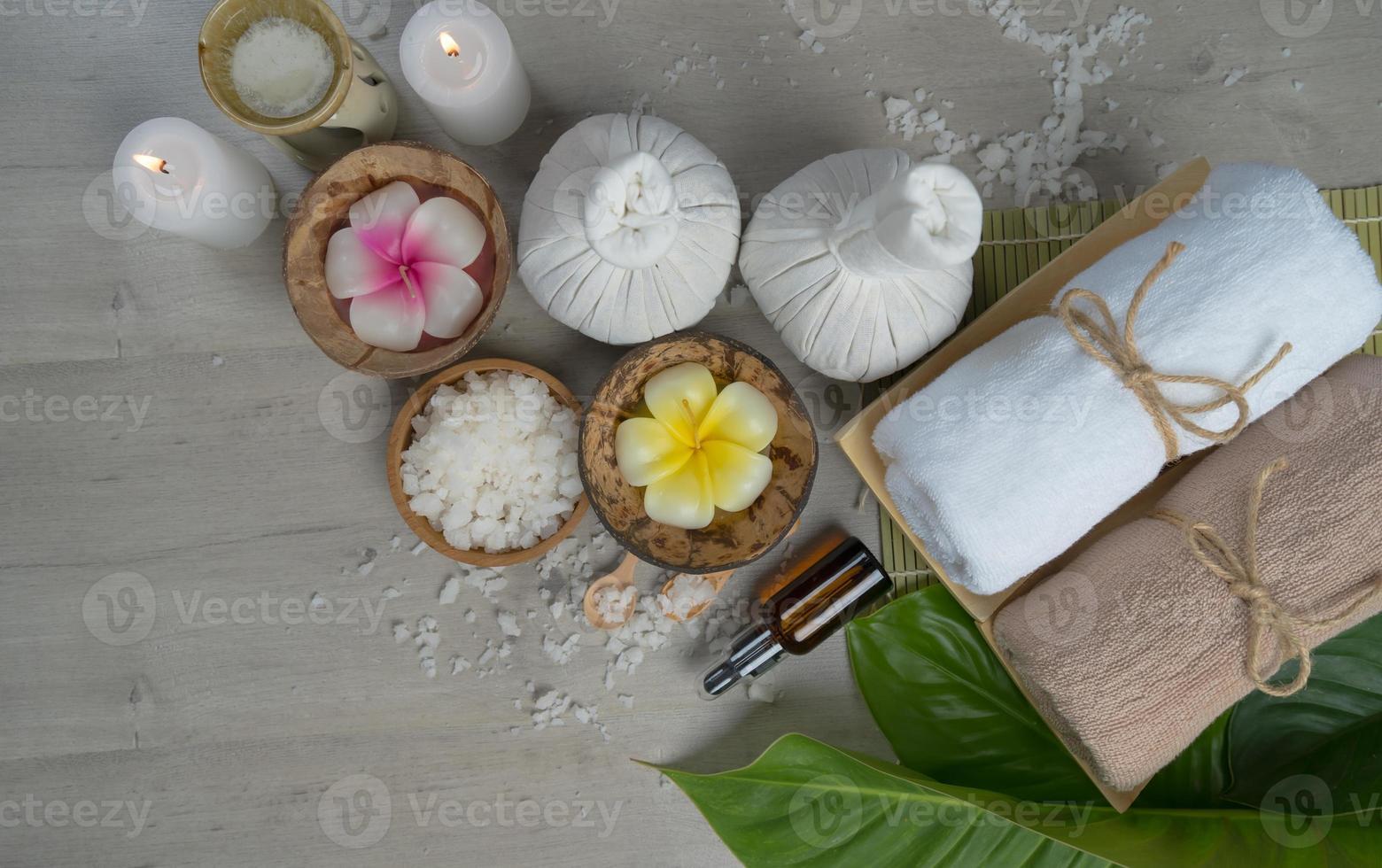 vista de cima, composição do tratamento de spa na mesa de madeira foto