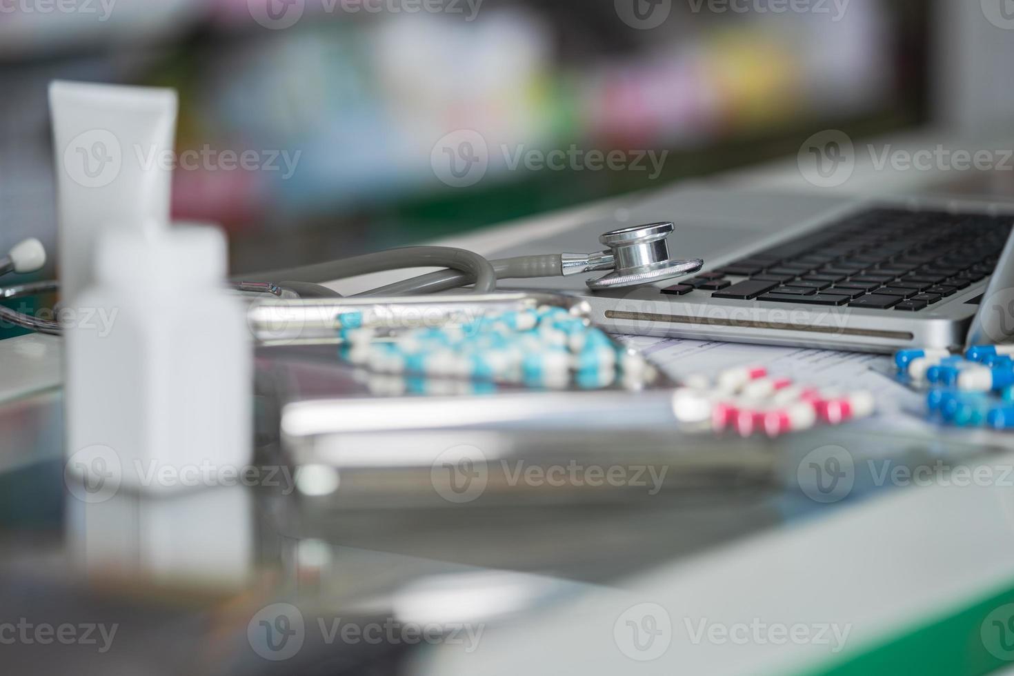 estetoscópio e close-up do medicamento foto