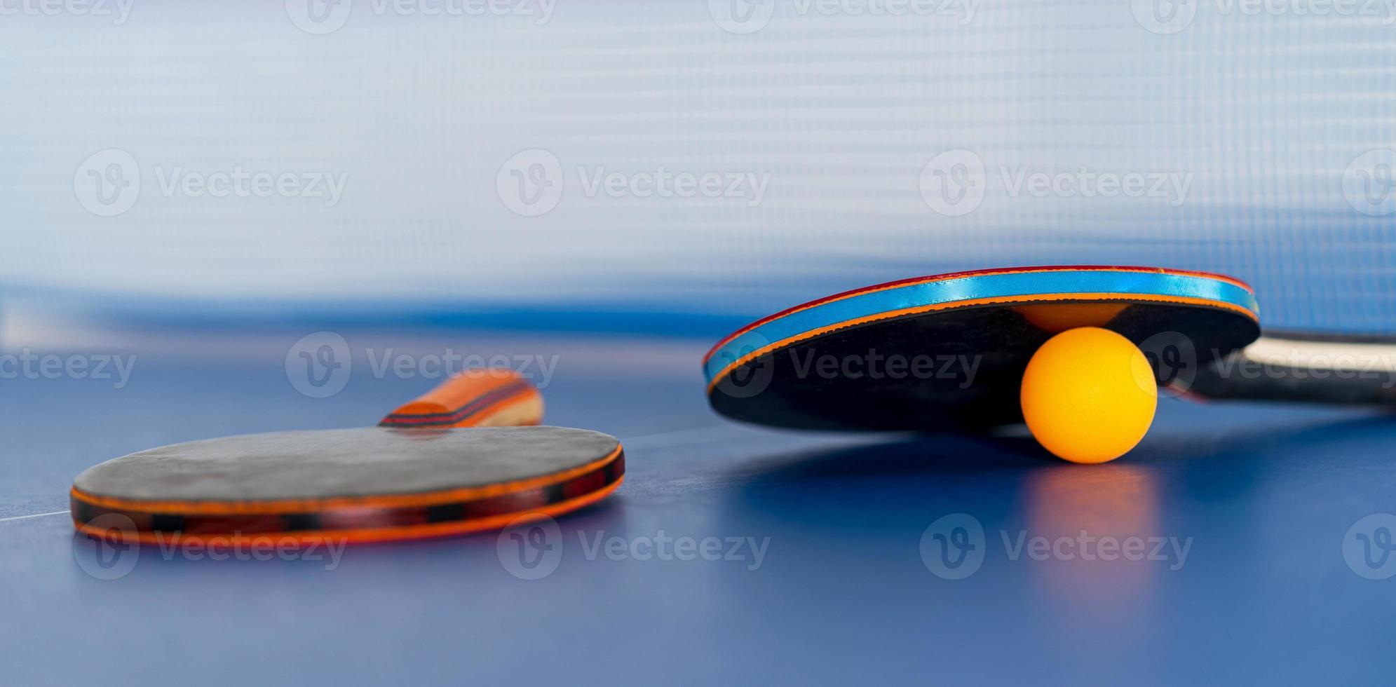 raquete de tênis de mesa e bola foto