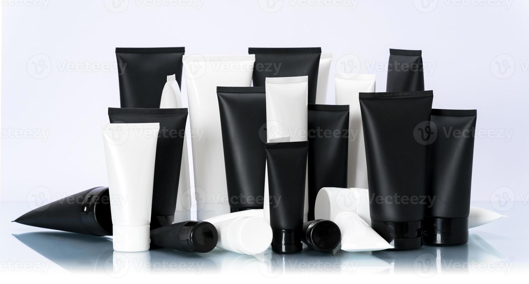 pacote de maquete de tubo cosmético branco e preto em fundo branco foto