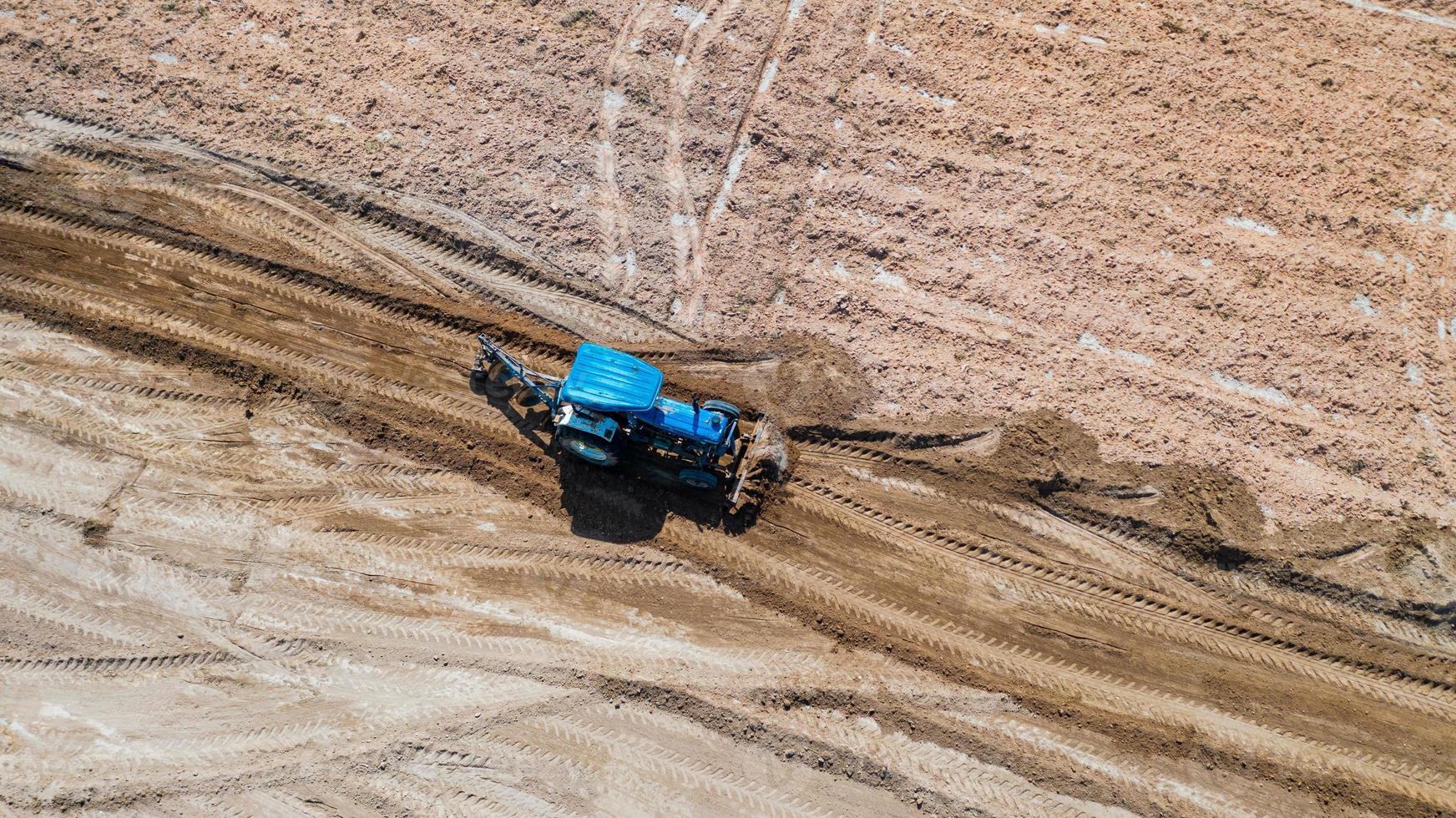 vista superior de veículos tratores agrícolas trabalhando no campo foto