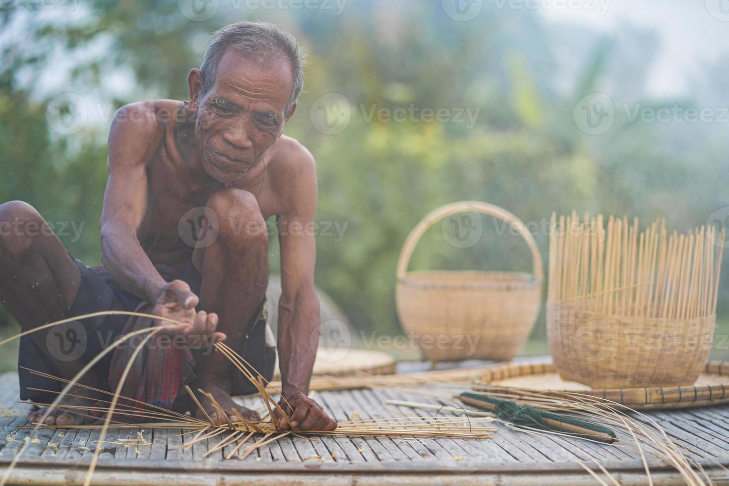 homem sênior e artesanato de bambu, estilo de vida dos habitantes locais na Tailândia foto