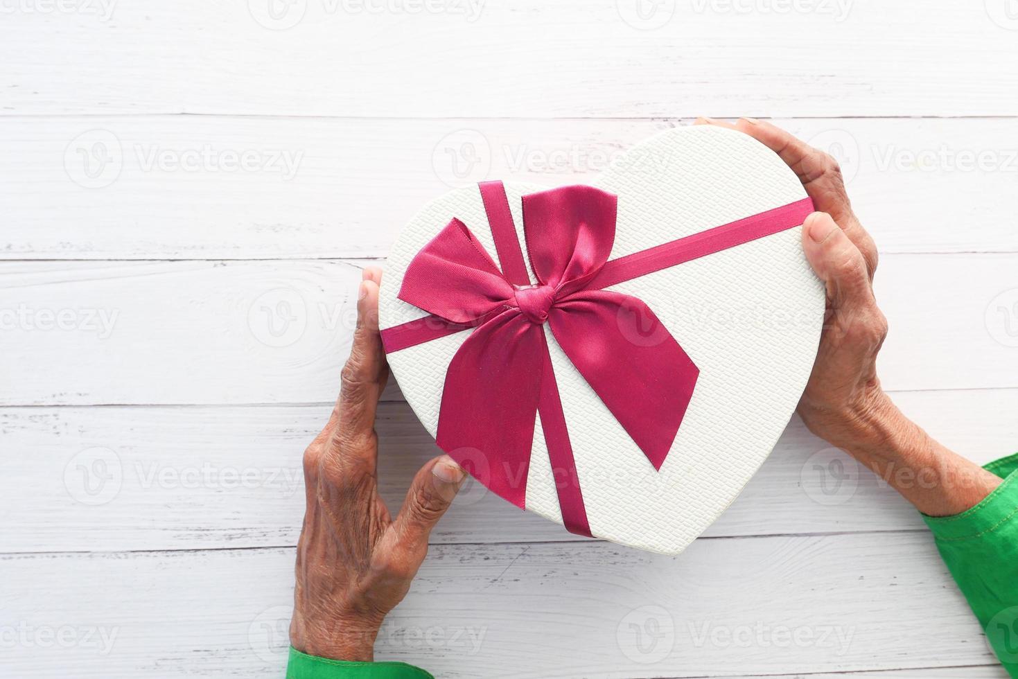 caixa de presente em forma de coração branco foto