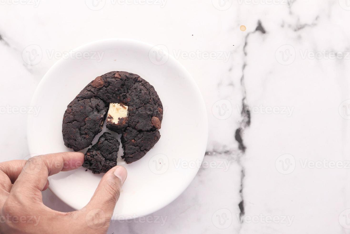biscoito de chocolate no prato branco foto
