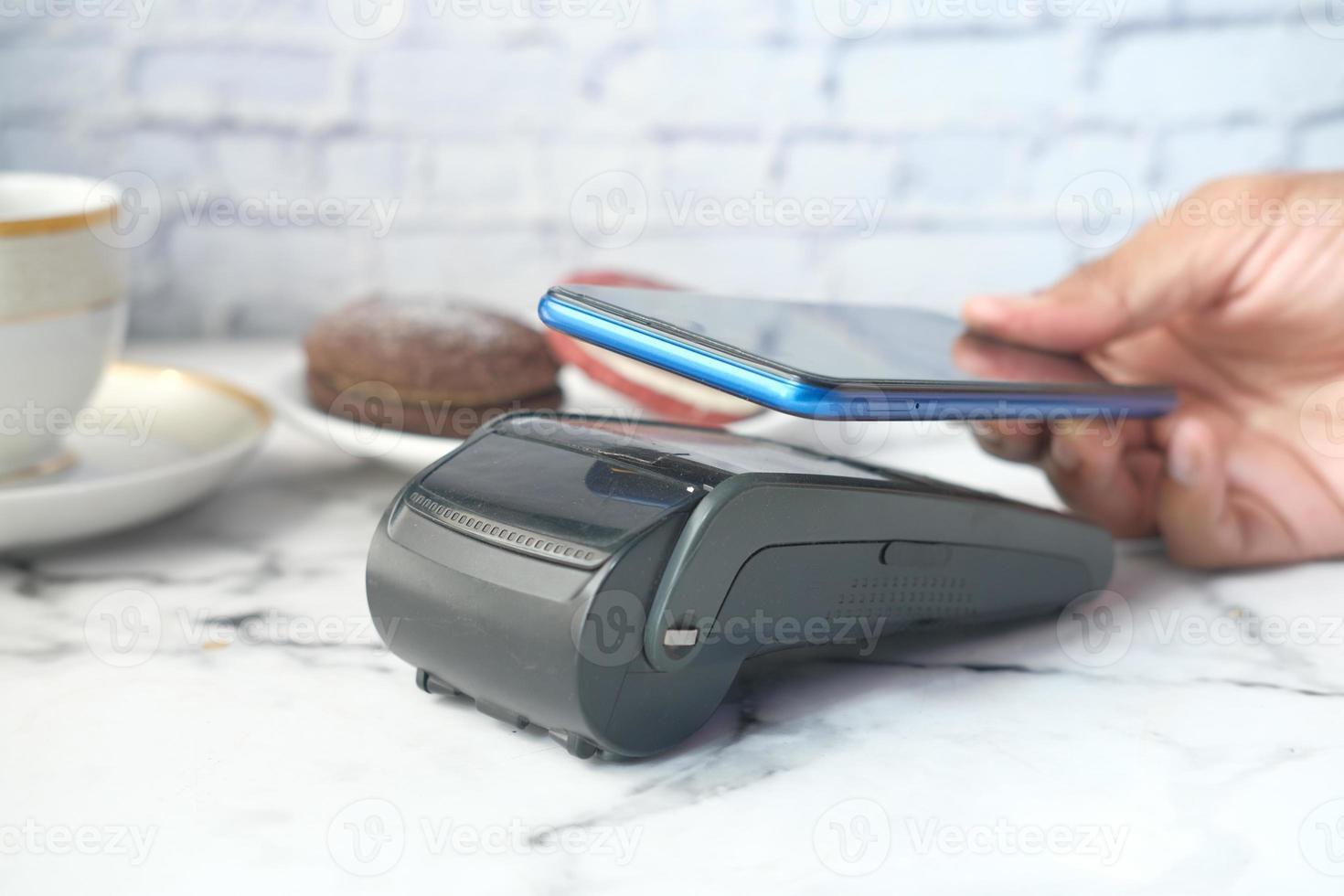 pagamento sem contato com telefone inteligente foto