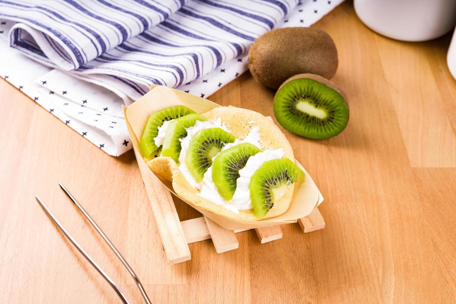 sobremesa de kiwi na mesa foto