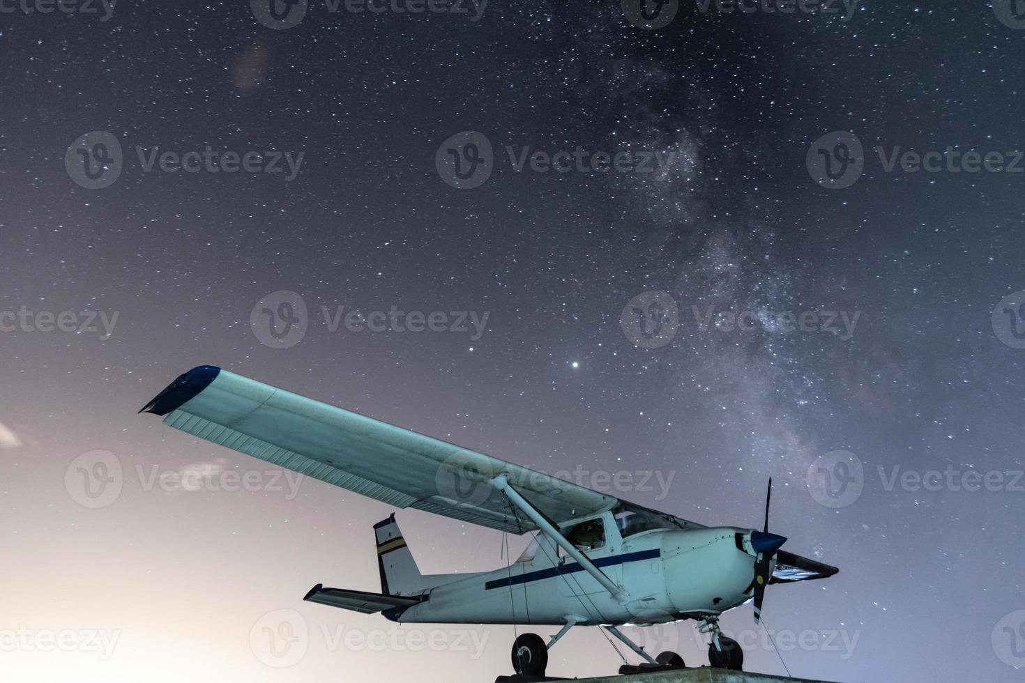 avião com a via láctea foto