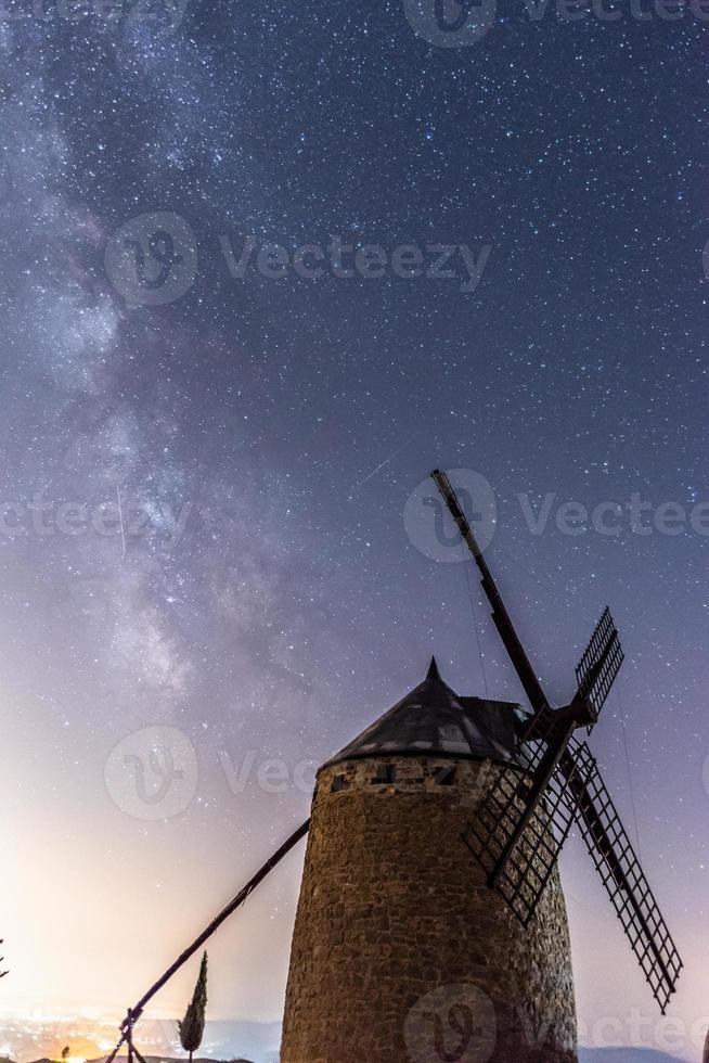moinho de vento com a via láctea foto