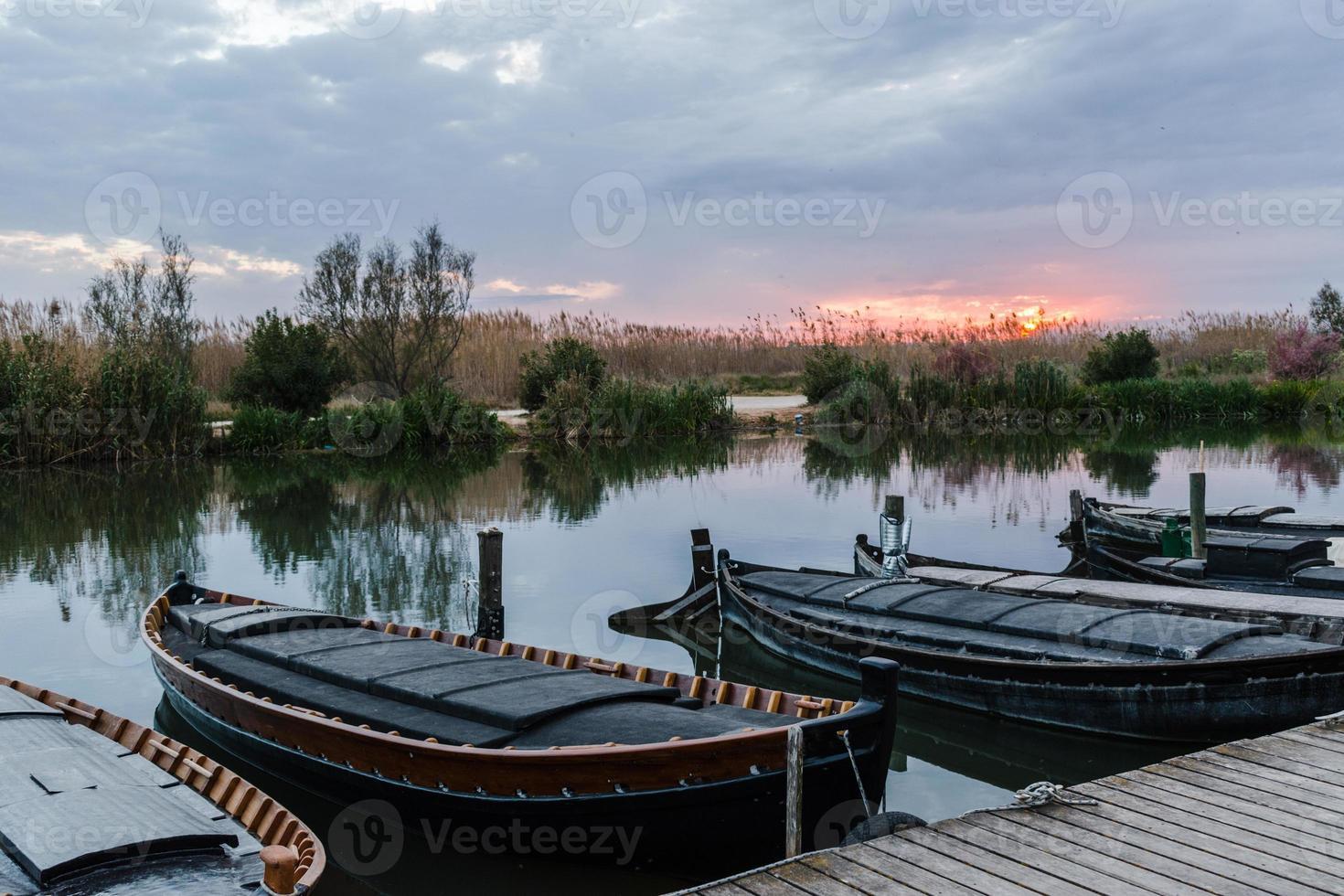 barcos de pesca no porto foto